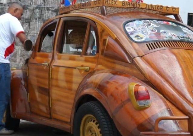 Desde Perú a Nueva York en un auto de madera: el regalo de un carpintero a su hija