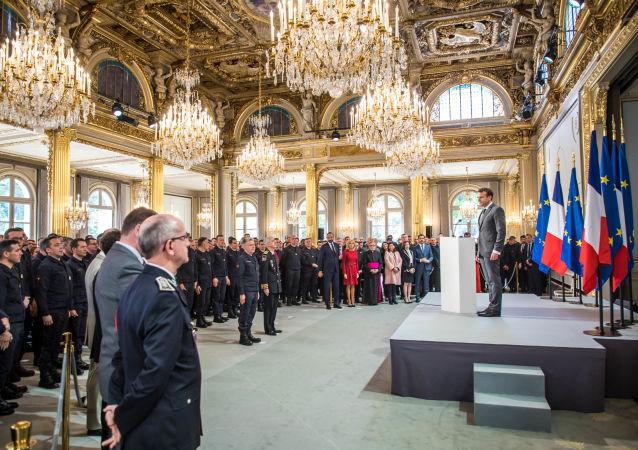 Emmanuel Macron, el presidente de Francia, condecora a los bomberos que apagaron el incendio en Notre Dame