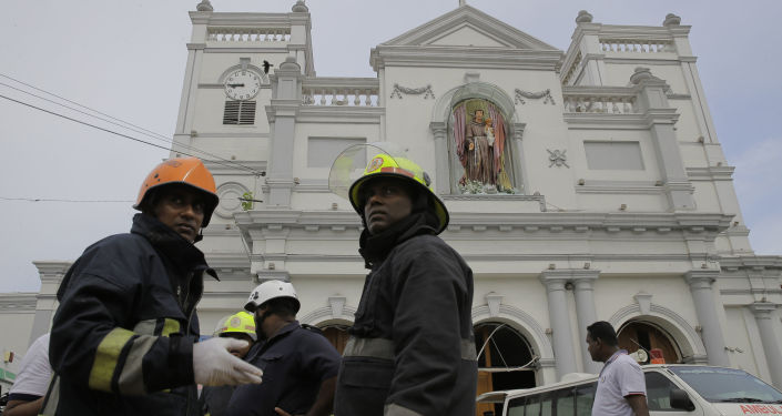 Bomberos cerca de la iglesia de San Antonio de Kochchikade en Colombo, Sri Lanka