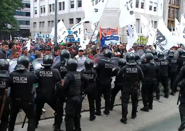 Manifestantes y policías antidisturbios se enfrentan en Buenos Aires