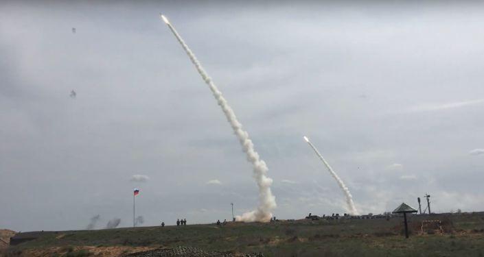Sistemas de defensa antiaérea S-300 en acción