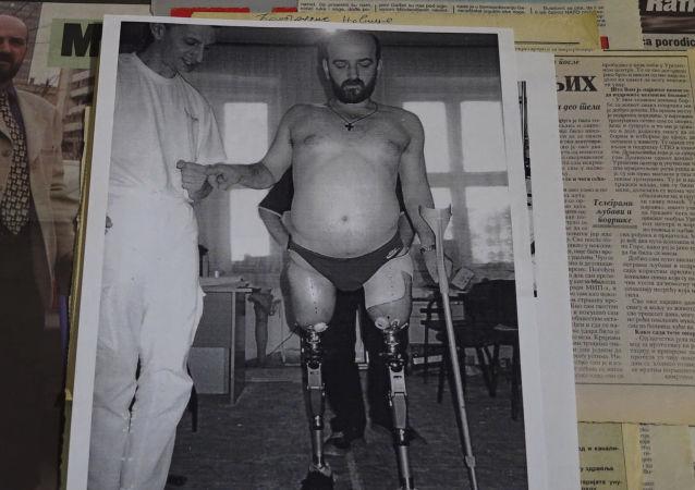 Fuerza de espíritu inquebrantable: la OTAN le arrancó las piernas, pero él sigue contando su historia