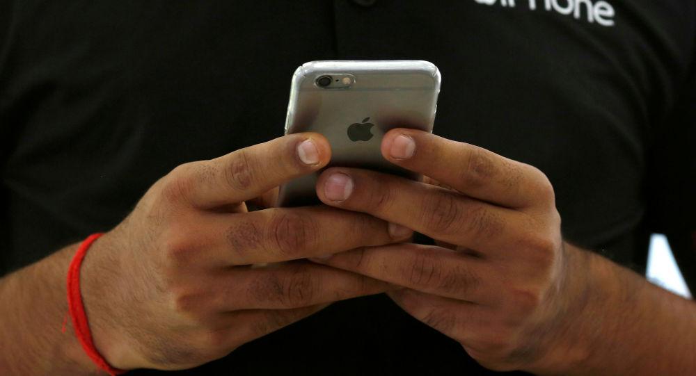 Un dependiente utiliza su iPhone de Apple
