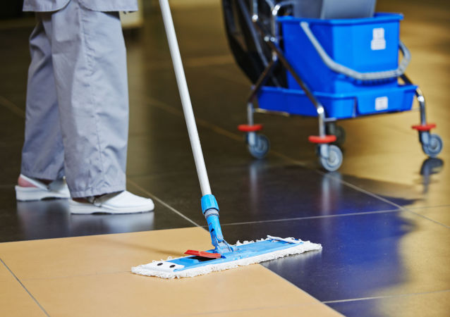 Una persona haciendo limpieza