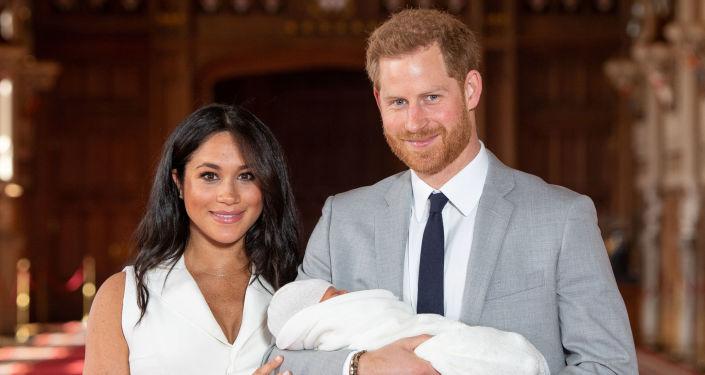 El príncipe Enrique y Meghan Markle presentan su hijo a la prensa