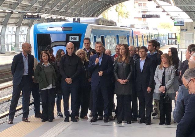 El presidente Mauricio Macri y otras autoridades hablan en la inauguración del viaducto del tren Mitre