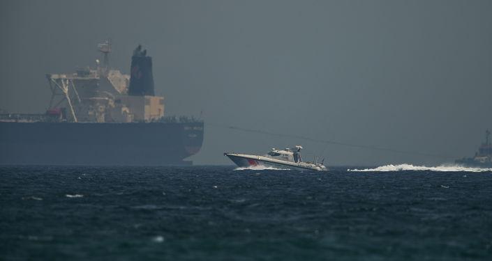 Un barco petrolero y un buque de la guardia costera emiratí