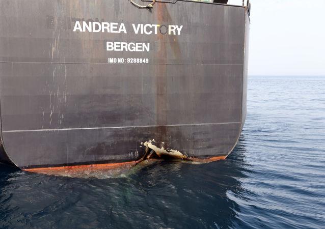 El petrolero Andrea Victory en el puerto de Fujairah, EAU