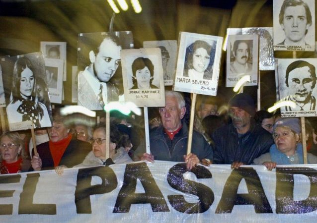 Familiares de desaparecidos por la dictadura marchando un 20 de mayo en Montevideo, Uruguay