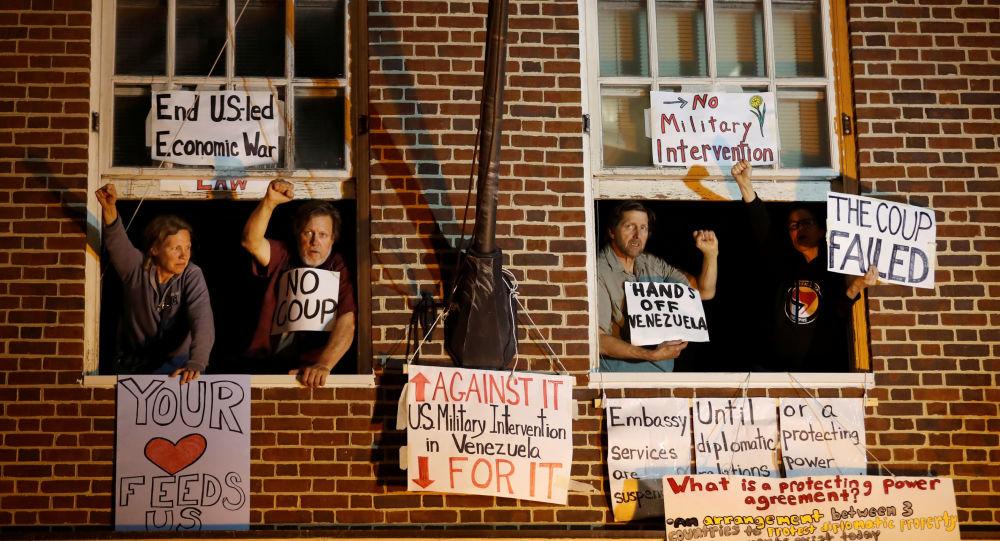 Activistas en la Embajada de Venezuela en Washington, EEUU