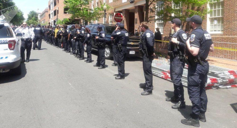 Los policías frente la Embajada de Venezuela en Washington