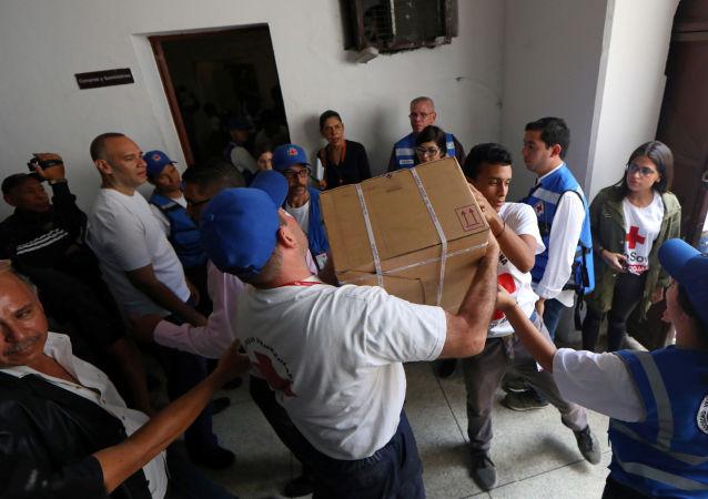 Trabajadores de la Cruz Roja Venezolana distribuyen ayuda humanitaria en un hospital gestionado por ellos en Caracas, Venezuela