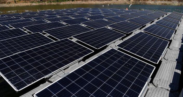 Un parque fotovoltaico instalado sobre una plataforma flotante en Colina, Chile