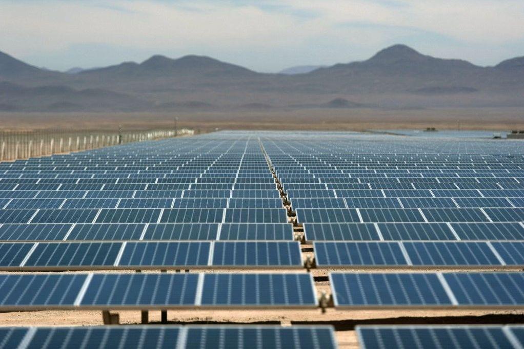 Paneles fotovoltaicos en el desierto de Atacama, Chile