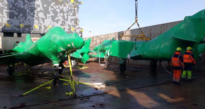 Los aviones Super Étendard que compró la Fuerza Aérea Argentina embalados con su protección