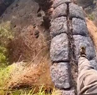 Un hombre muy valiente se pasea por el borde de un abismo