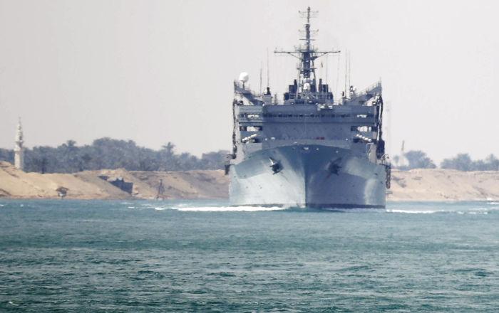 El grupo de combate del USS Abraham Lincoln atraviesa el canal de Suez