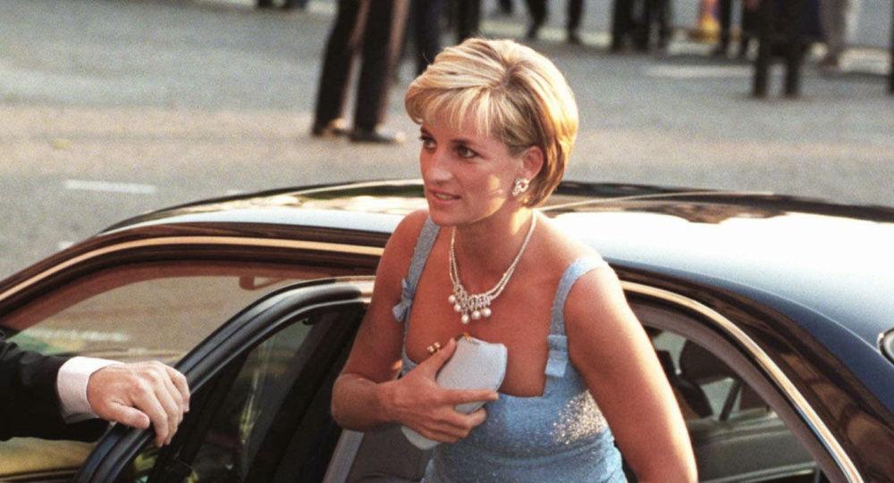 La princesa Diana sale de su coche