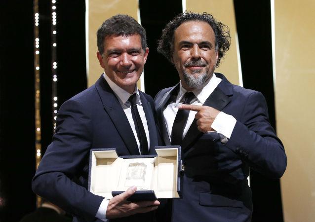 Antonio Banderas y Alejandro González Iñárritu durante el 72 Festival de Cine de Cannes, Francia, 25 de mayo de 2019