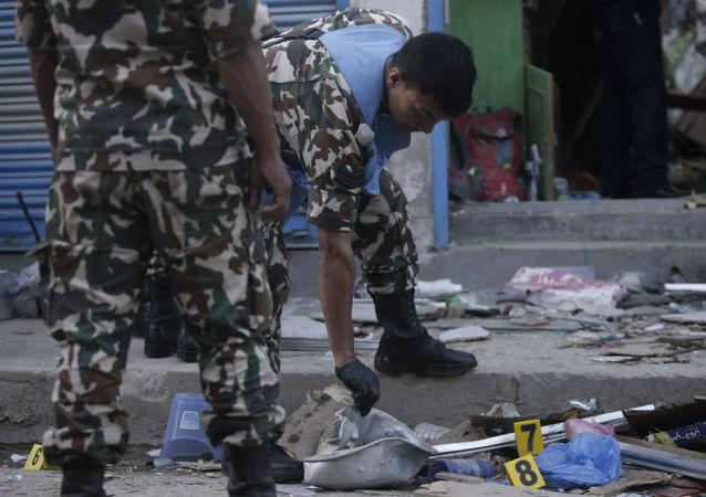 Militares del Ejército de Nepal examinan el lugar de una  explosión