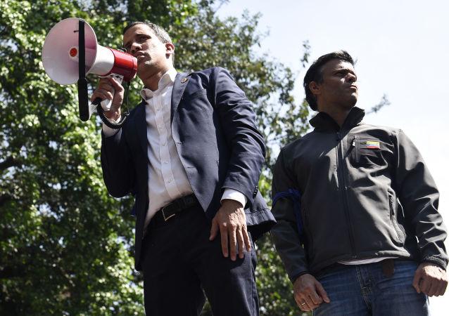 Los dirigentes opositores venezolanos Juan Guaidó (con el altoparlante) y Leopoldo López