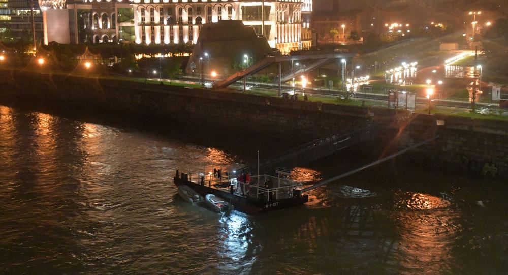 Los rescatistas en el Danubio, en el centro de Budapest