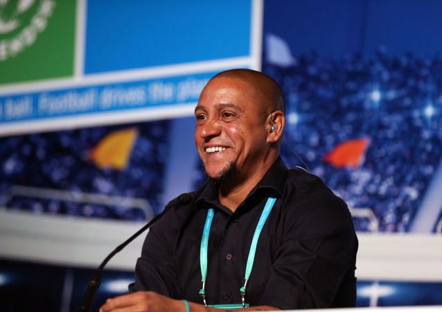 El futbolista Roberto Carlos durante el Foro Internacional de Fútbol del programa social infantil de la empresa rusa Gazprom 'Fútbol por la Amistad' que se celebró en Madrid el 30 de mayo.