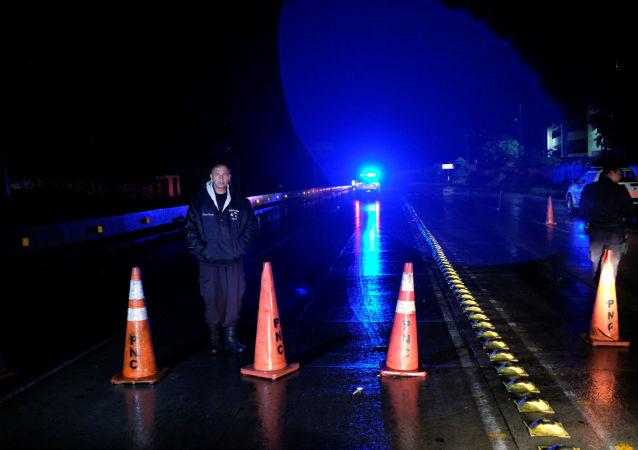 Un policía para el tráfico tras el terremoto en El Salvador