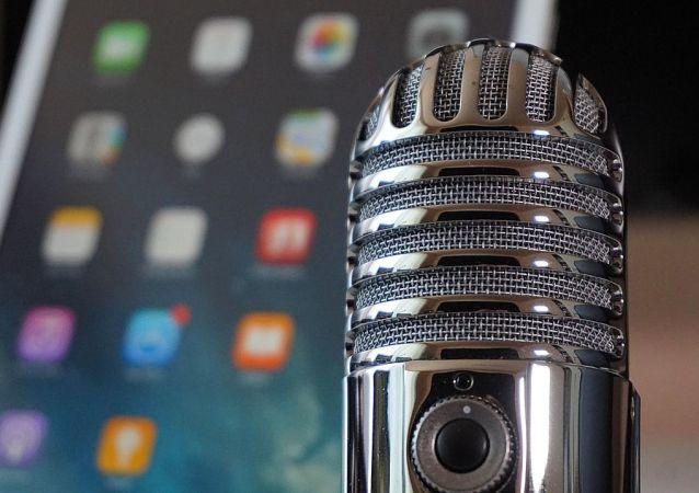 Teléfono y micrófono, referencial