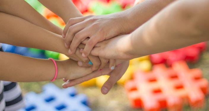 Las manos de unos niños