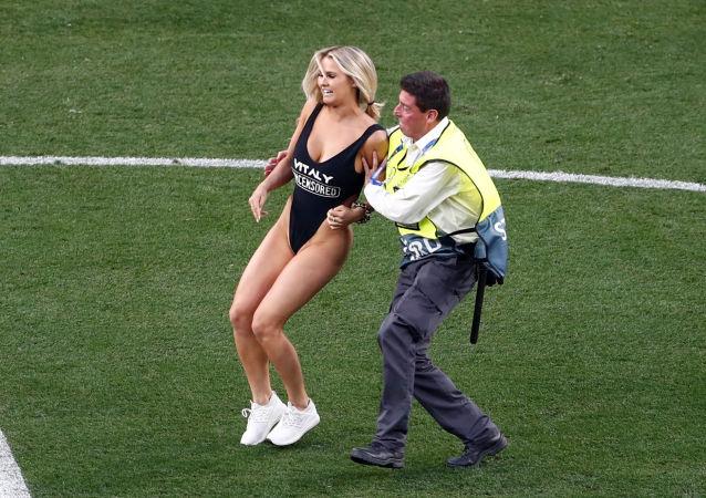 Mujer irrumpe el estadio durante la final de la 'Champions' entre el Liverpool y el Tottenham