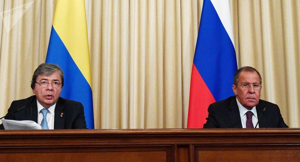 El canciller colombiano, Carlos Holmes Trujillo, con su par ruso, Serguéi Lavrov