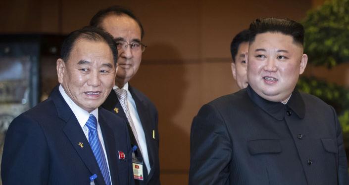 El vicepresidente del Partido de los Trabajadores de Corea, Kim Yong-chol, junto al líder norcoreano, Kim Jong-un, en Hanói