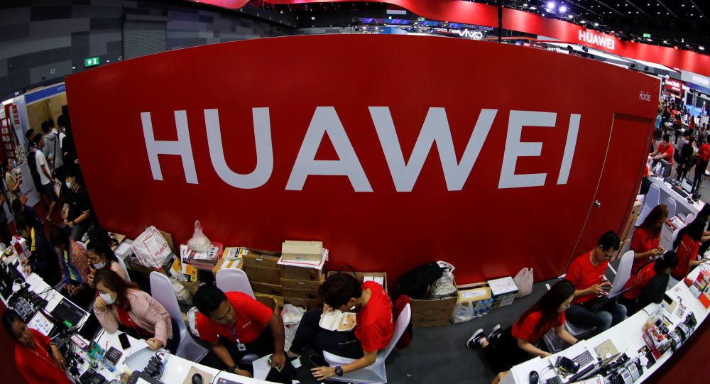 Trabajadores en el stand de Huawei en la Mobile Expo en Bangkok, Tailandia