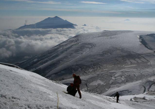 El volcán Bolshaya Udina en el fondo