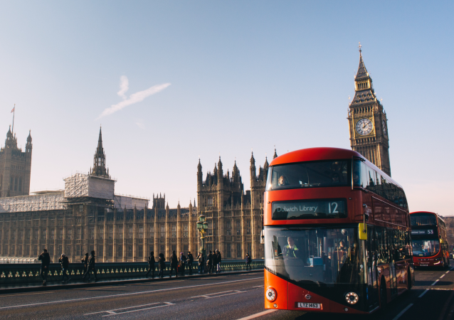 Un autobús típico de Londres 'double decker' con el Parlamento británico de fondo (archivo)