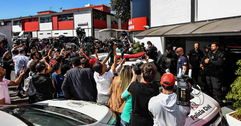 Periodistas esperan la llegada de Najila Trindade a la 6ª Comisaría de Defensa de la Mujer, en São Paulo