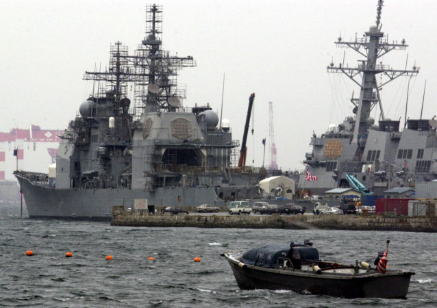 El USS Chancellor y el USS Curtis Wilbur en la base naval de EEUU en Yokosuka