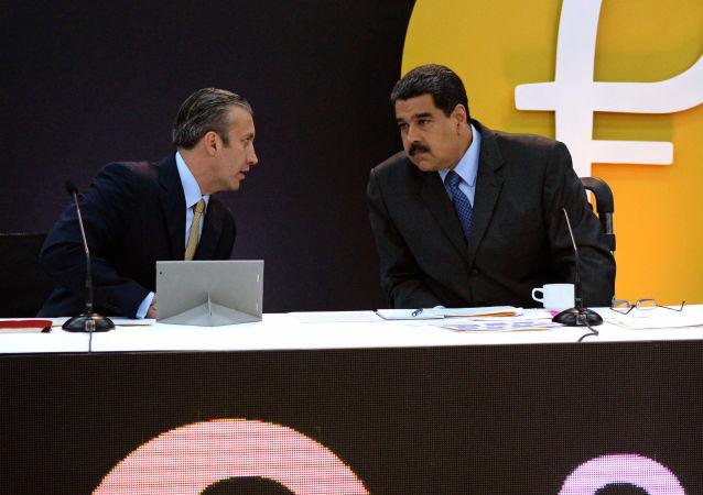 El presidente de Venezuela, Nicolás Maduro, junto al logo de la criptomoneda 'Petro'