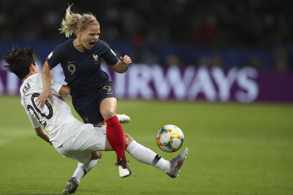 La francesa Eugenie Le Sommer y la surcoreana Kim Hye-ri se enfrentan en un partido del Mundial 2019