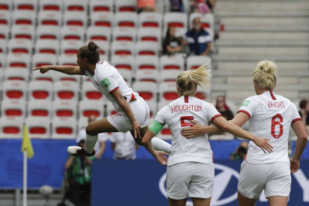 La inglesa Nikita Parris celebra su tanto frente a la selección escocesa durante el Mundial 2019