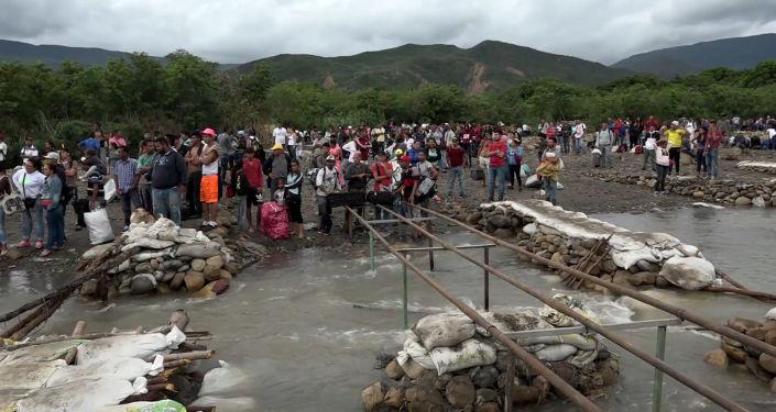 Cómo la Policía colombiana desmantela puentes para prevenir el paso fronterizo ilegal desde Venezuela