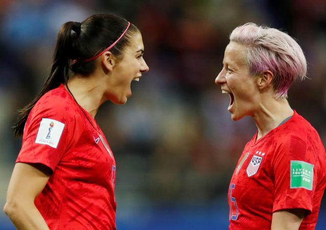 Alex Morgan, de la selección de EEUU, celebra el gol número 12 contra Tailandia con Megan Rapinoe