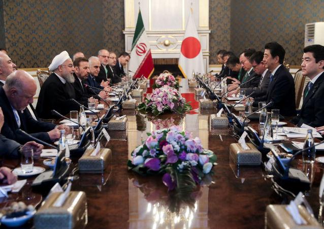 El primer ministro de Japón, Shinzo Abe, y el presidente persa, Hasán Rohaní