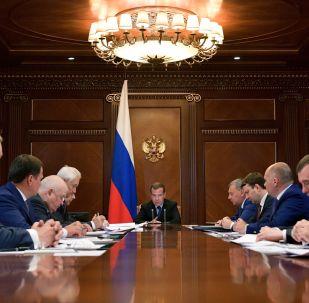 Dmitri Medvédev, primer ministro ruso, en una reunión sobre el desarrollo de la corporación espacial rusa Roscosmos
