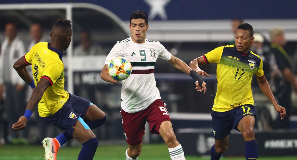 Futbolistas de Ecuador disputan el balón en un amistoso frente a México