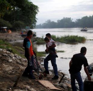 Migrantes centroamericanos intentan cruzar a México por el río Suchiate, en Chiapas, frontera con Guatemala