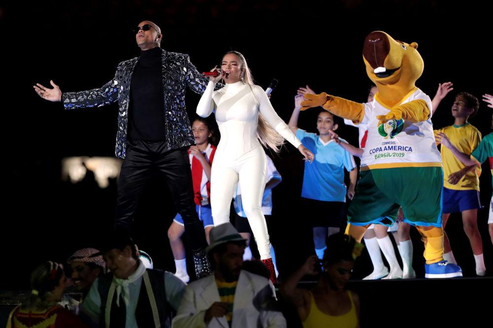 La cantante colombiana Karol G, el artista brasileño Léo Santana y Zizito