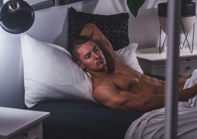 Un hombre en una cama
