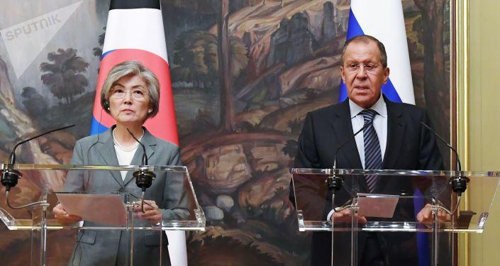 El canciller ruso, Sergueí Lavrov, y su par surcoreana, Kang Kyung-hwa